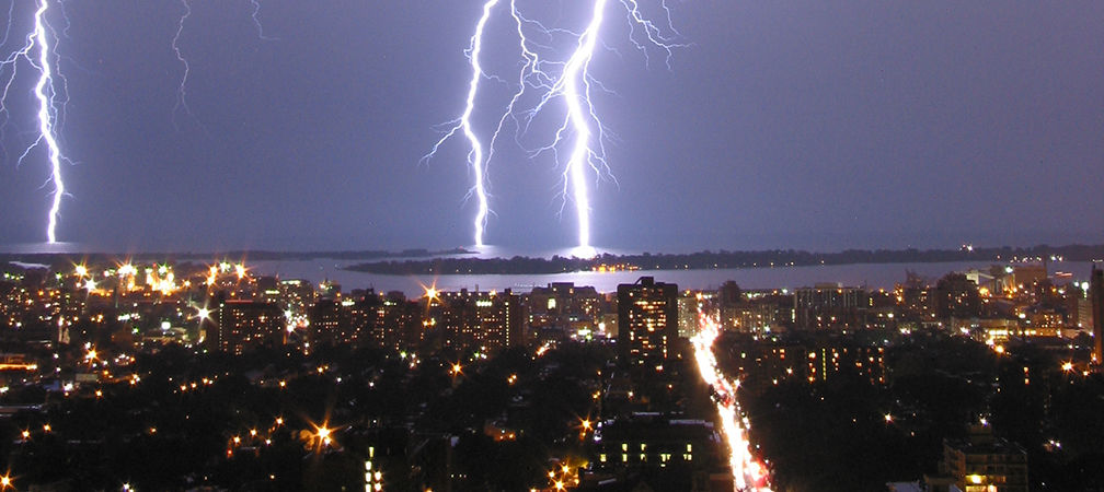 Lightning surges and strikes area in Toronto
